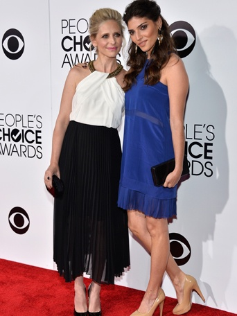 Amanda Setton (right) with co-star Sara Michelle Geller