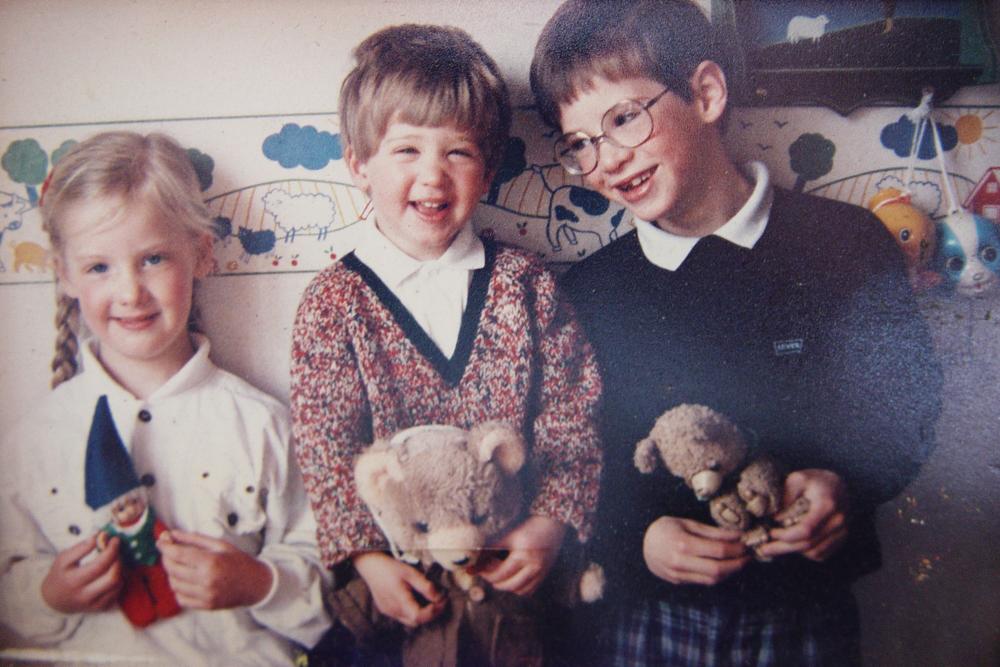 In ons kinderkamer; links mijn zus, ik in het midden en mijn broer rechts.
