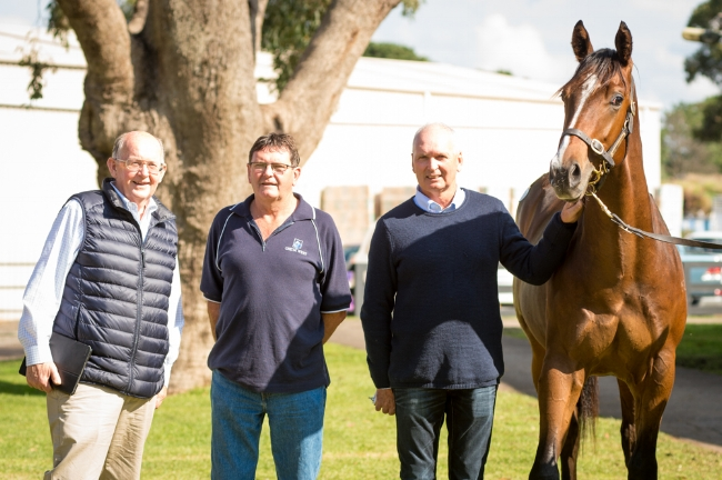 TIM STEWART (LEFT) WITH jOHN & LAURIE MCCARTHY AND THEIR COLT BY STREET BOSS PHOTO / SHARON CHAPMAN