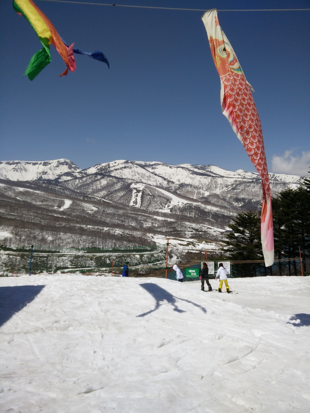 Spring skiing at the Kagura area from the top of the Tashiro Ropeway