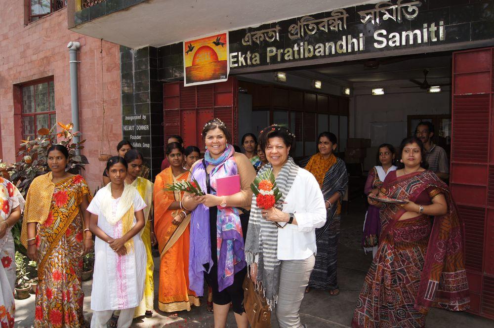 OMy Bag eigenaarPaulien Wesselink (paarse sjaal)op werkbezoek in India (foto: O My Bag)