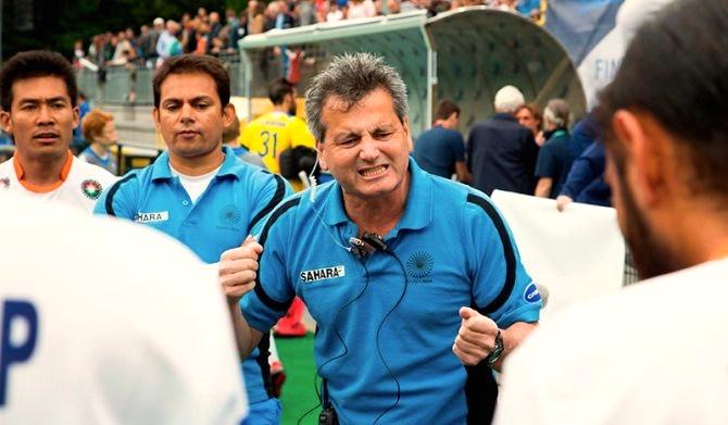 Paul van Ass motiveert zijn team tijdens de wedstrijd
