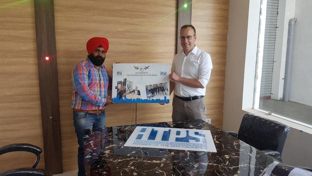 Directeur Robert Manders met collega Simran Oberoi op kantoor in India (foto: MTA)