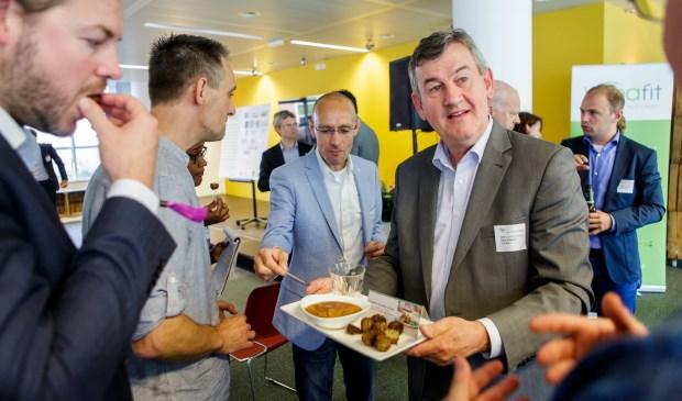 Directeur Henk Schouten serveert vegetarische snacks