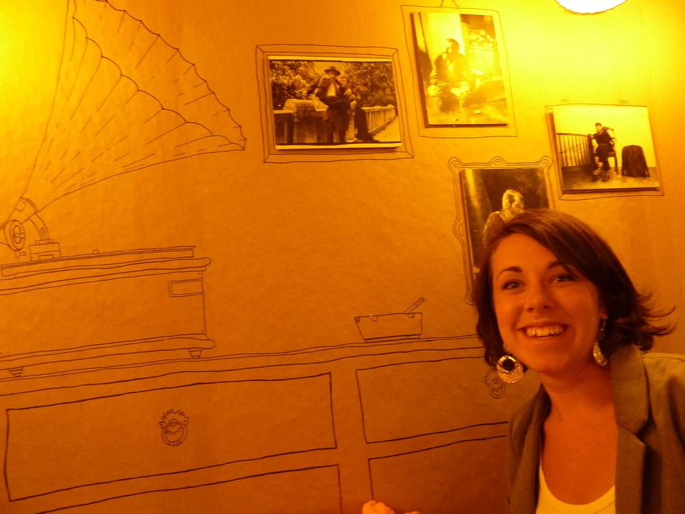 Handritade teckningar på väggen istället för upphängd konst hos Restaurang M.