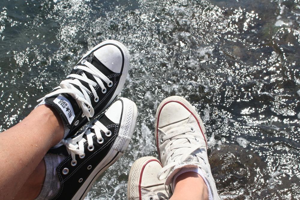 Tantfötter går tydligen i arv... Här doppar mamma och jag tårna i Mallorcas salta vatten.
