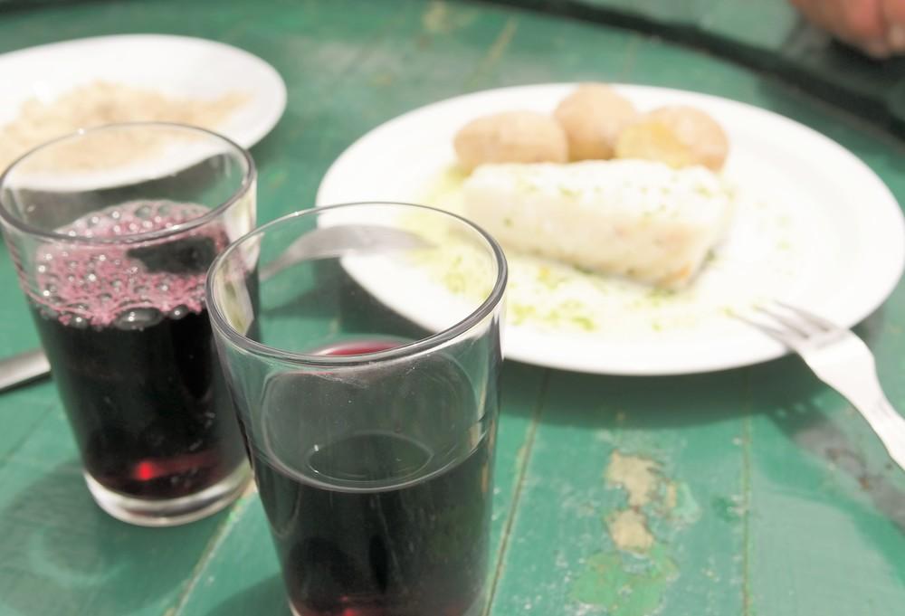 Ofta är det enkla det godaste. Vin, fisk, potatis. Men vänta nu. Rött till fisk? Korrekt! Salta smaker går fint med vino tinto.