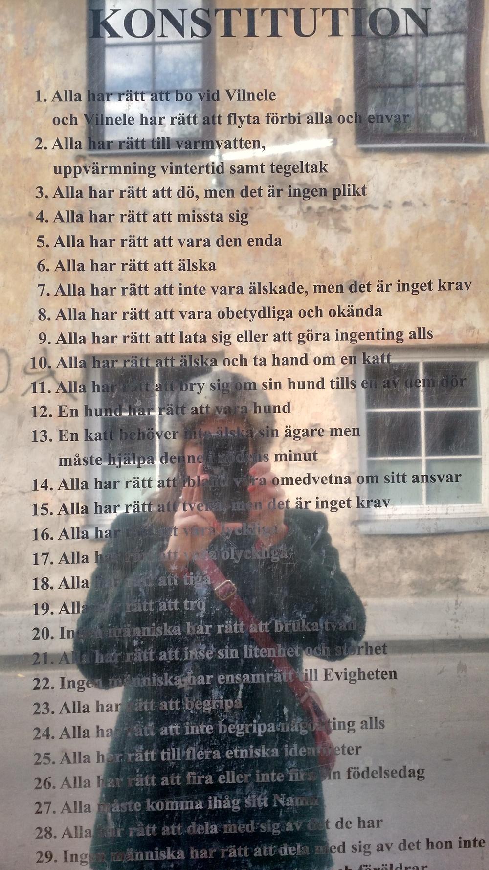 Uzupis grundlagar på svenska.