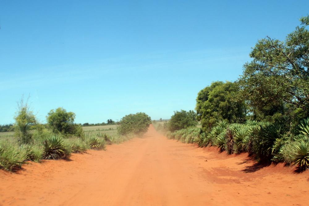 Alla bilar är rödfärgade på Madagaskar.
