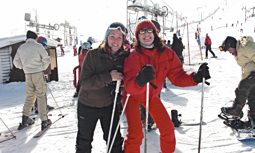 """Jag, till vänster, med min spanska """"syster"""" under utbytesåret i Spanien, 2009."""