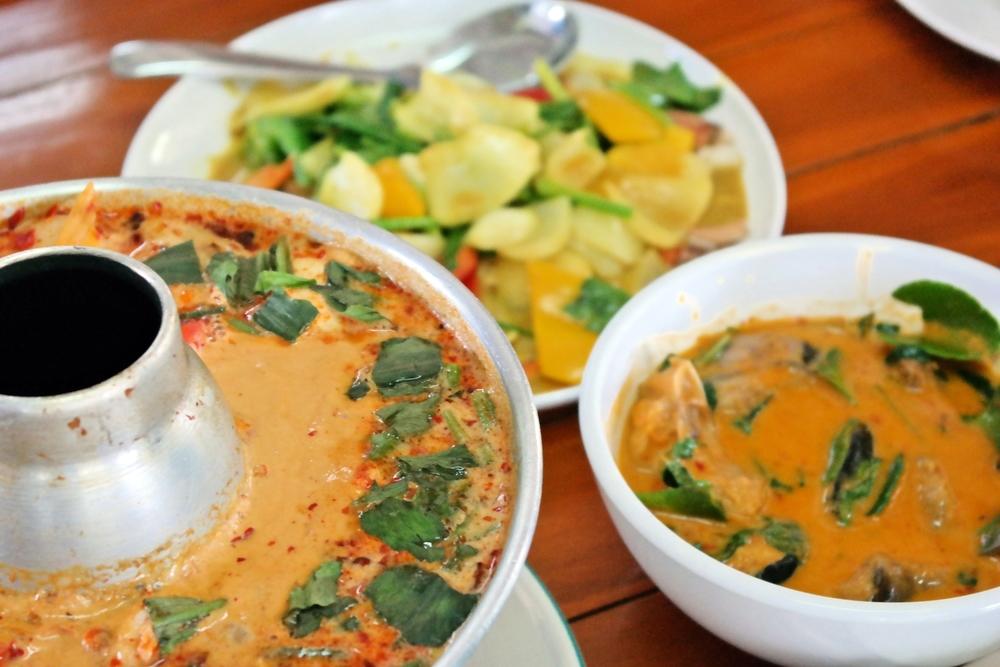 Tom yum hed, röd curry-soppa med svamp på thailändska.
