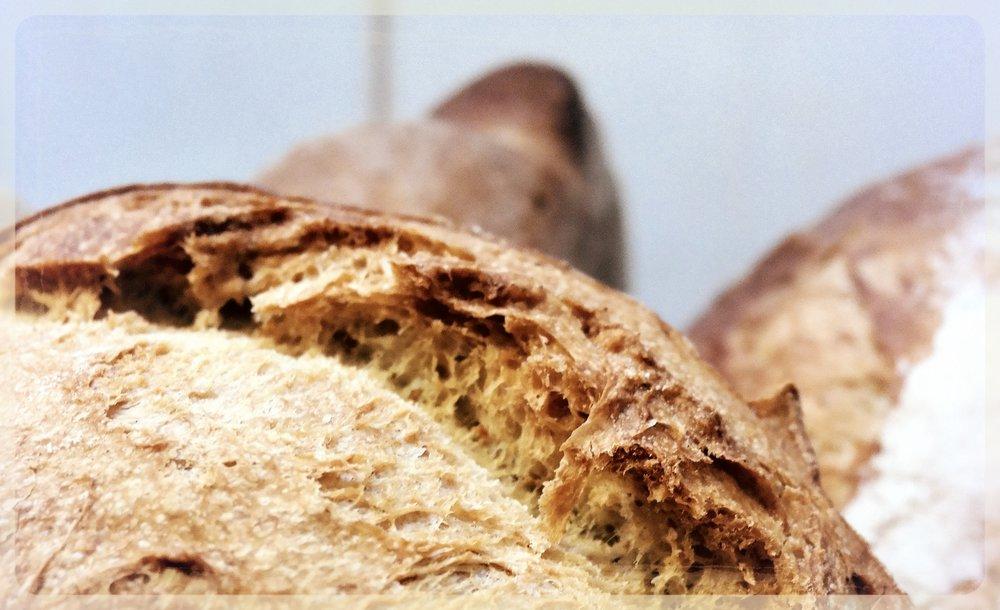 Ett nybakt surdegsbröd är en bra belöning efter mycket skrivsvett.