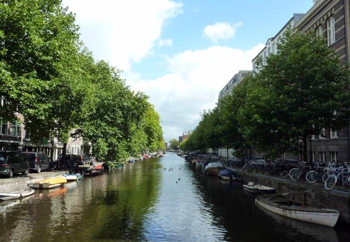 Bästa vägarna i Amsterdam är kanalerna. Men för oss landkrabbor gäller cykelmotorvägarna.