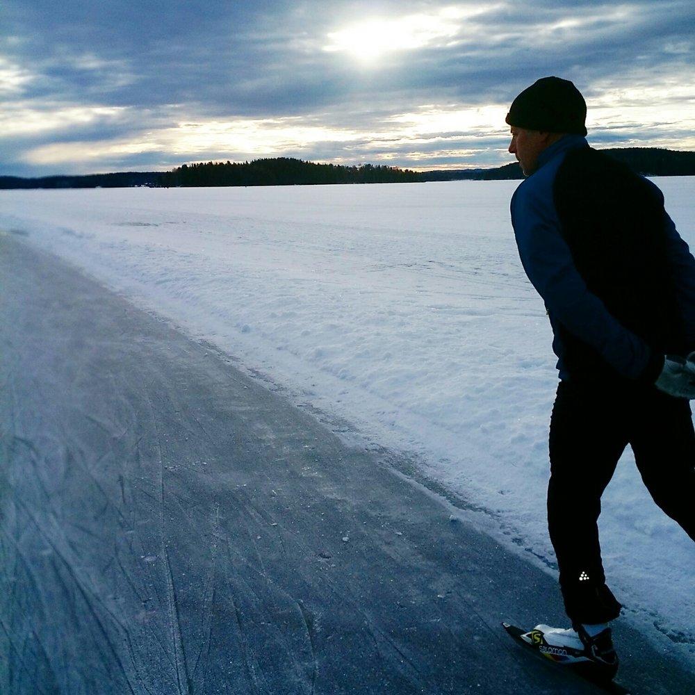 Långfärdsskridskor på sjön Runn i Dalarna med pappa.
