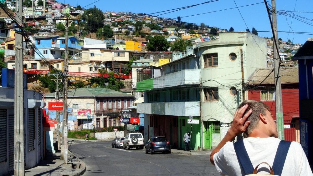 Valparaísos centrum är ett myller av färger och former på hus och gator.