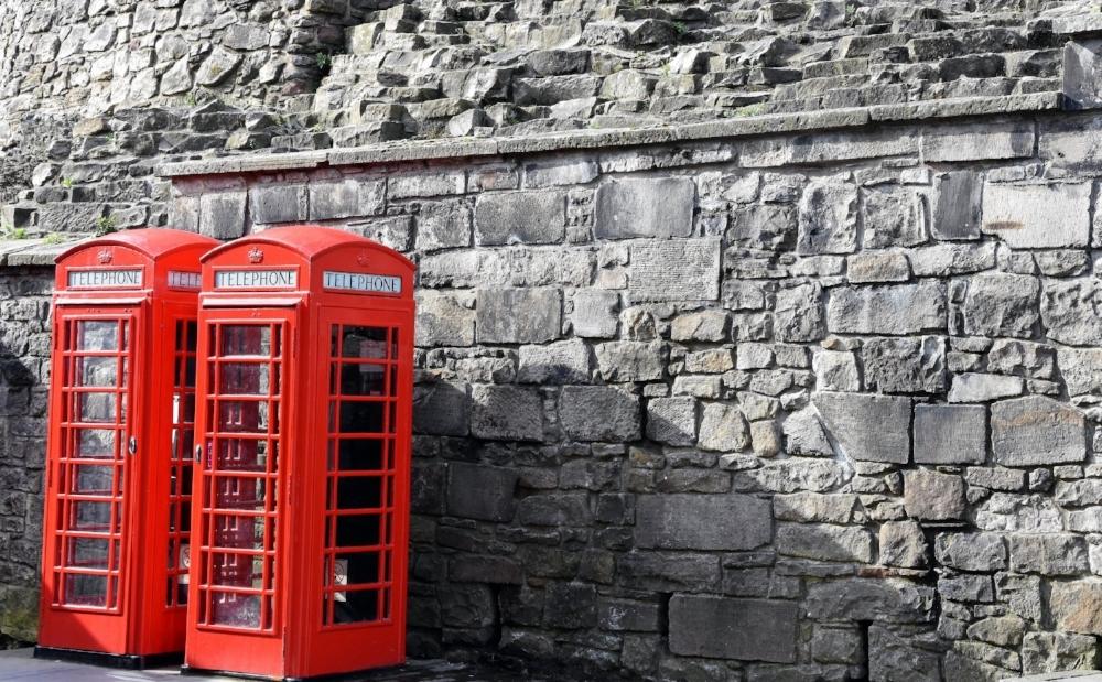 Röda telefonkiosker i Old Town, Edinburgh
