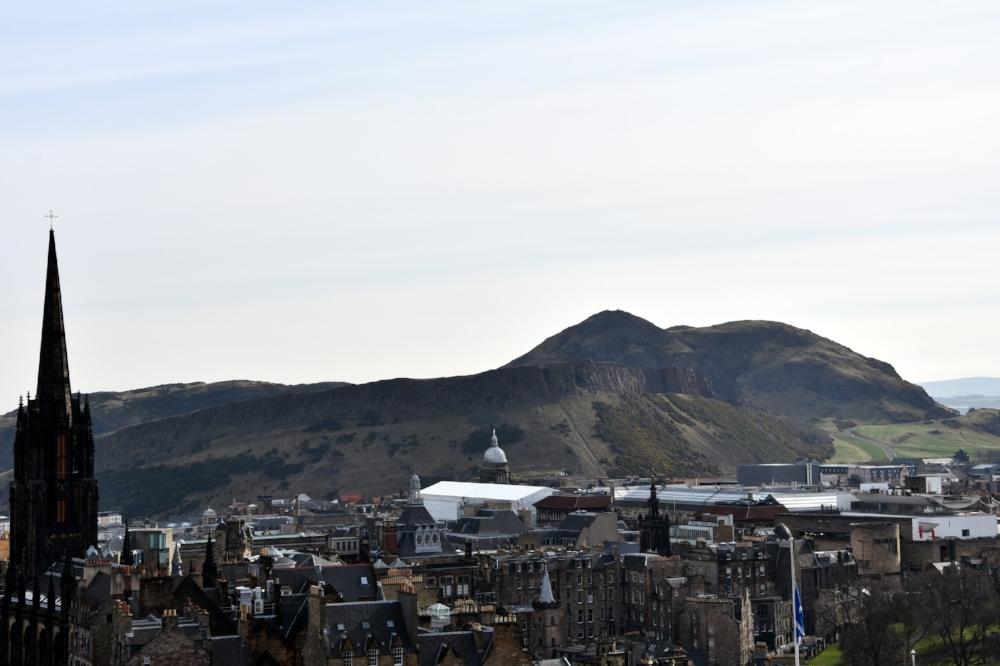Några av Edinburghs mest kända landmärken: Old Town, Arthur's Seat och X.