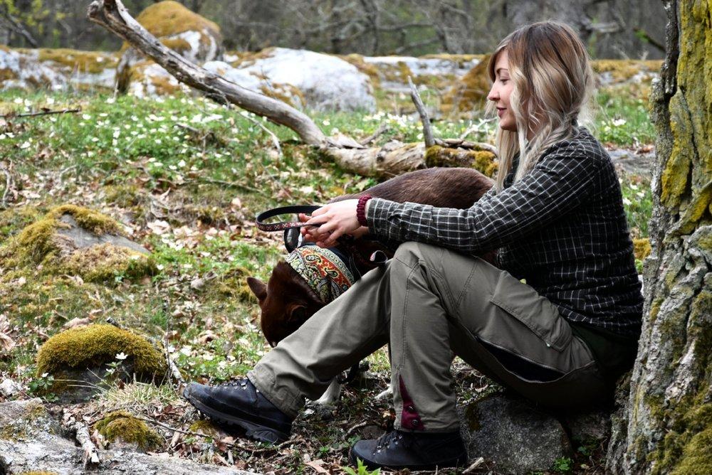 Naturfotografen Ida Olsson med sin fina hund.