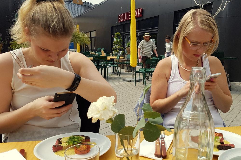 Inte det lättaste att matbordsfota två influencers... givetvis i full färd med att dokumentera och dela! ;-)