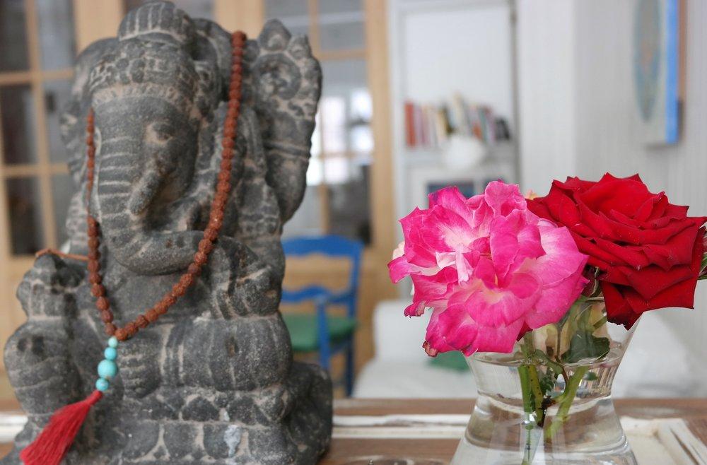 Guden Ganesha och rosor, symboliska detaljer på yogastudion.