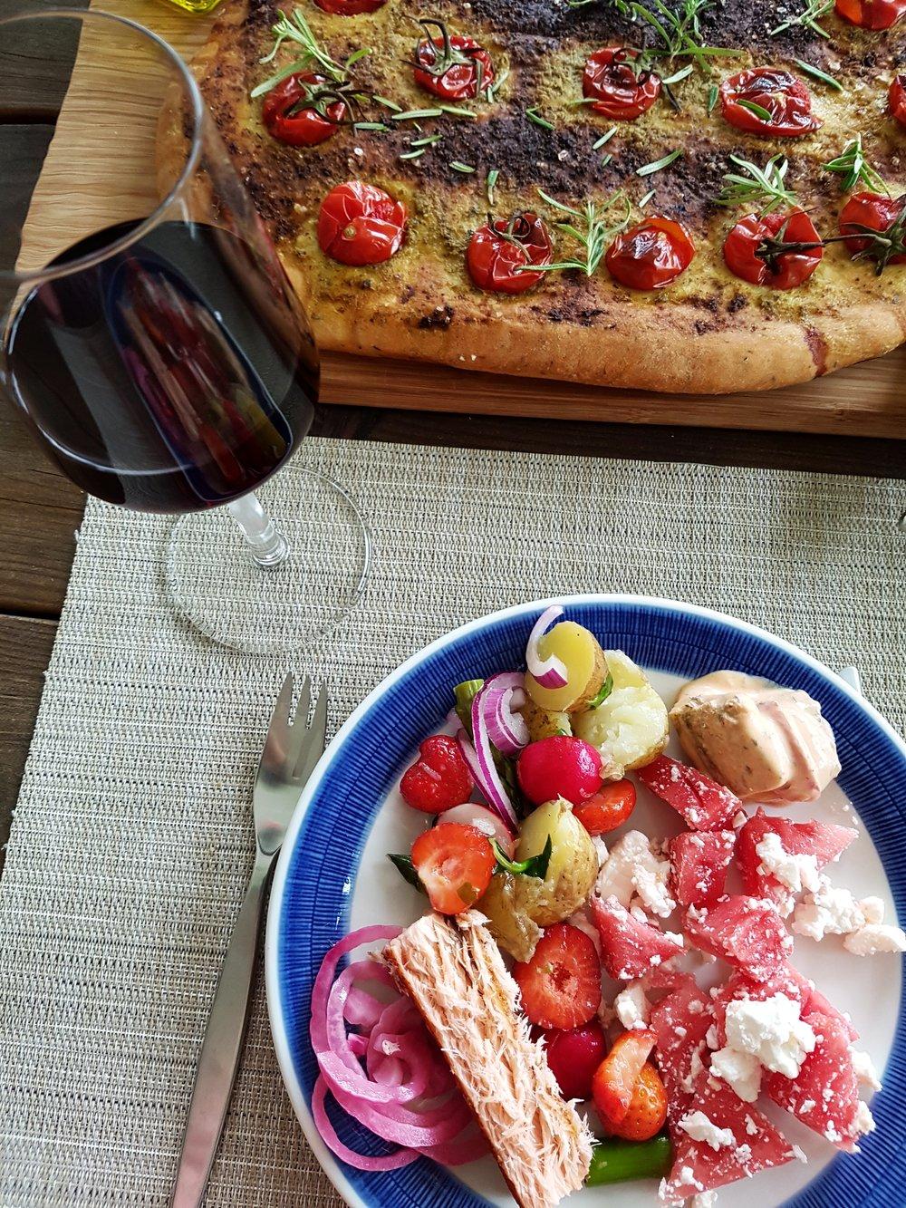 Midsommarmaten: lax, fetaost och jordgubbar
