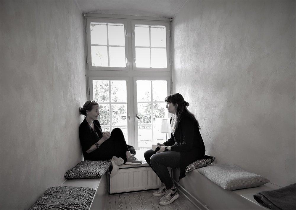 Cathinka och Katarina i ett krypin på slottet