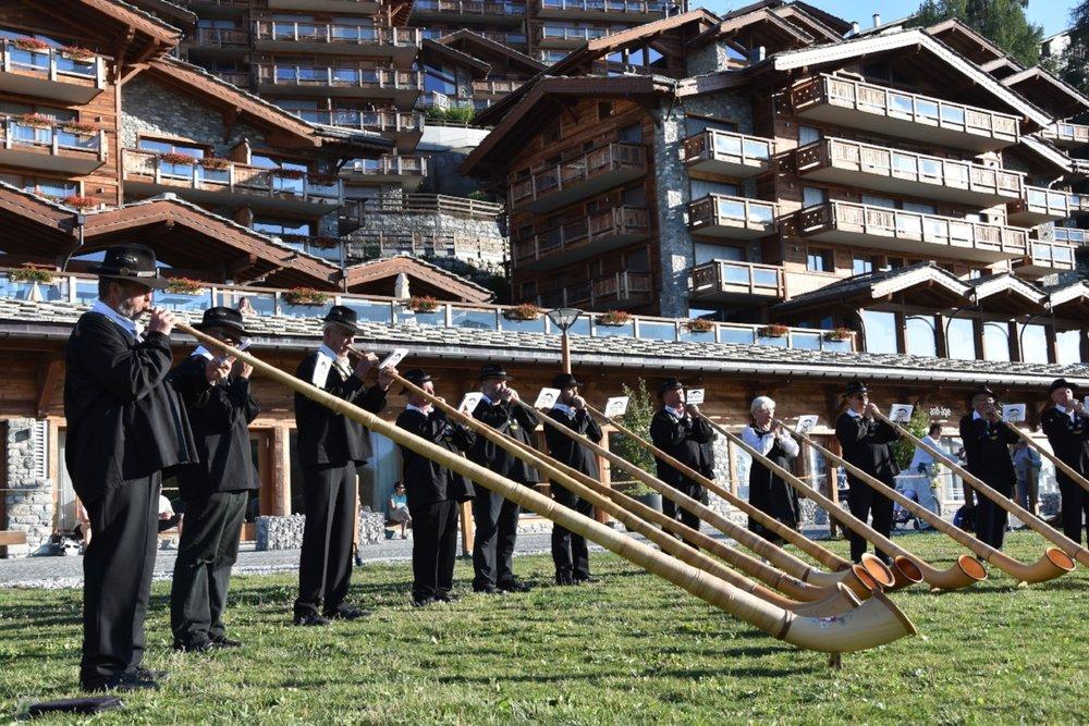 Varje måndag spelar alphornsorkestern i Nendaz