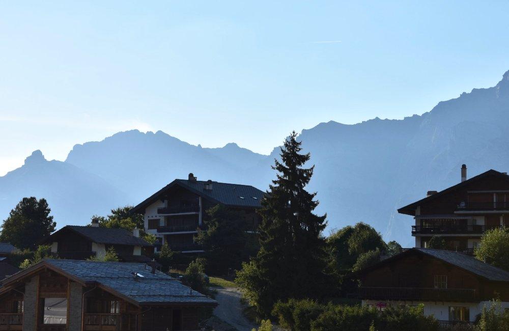 Byn Nendaz omges av berg på över 5000 m.ö.h.