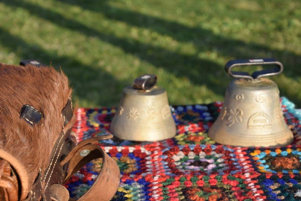 Förutom alphorn var bjällran, väskan och det mönstrade tyget typiskt för herdar i Alperna