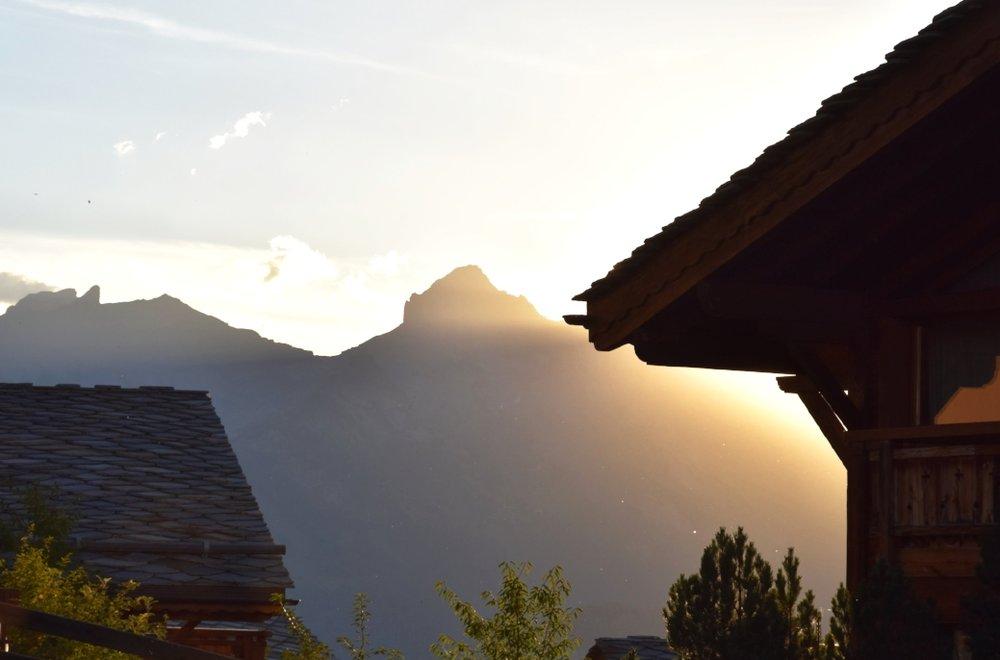 Solnedgång bakom bergen