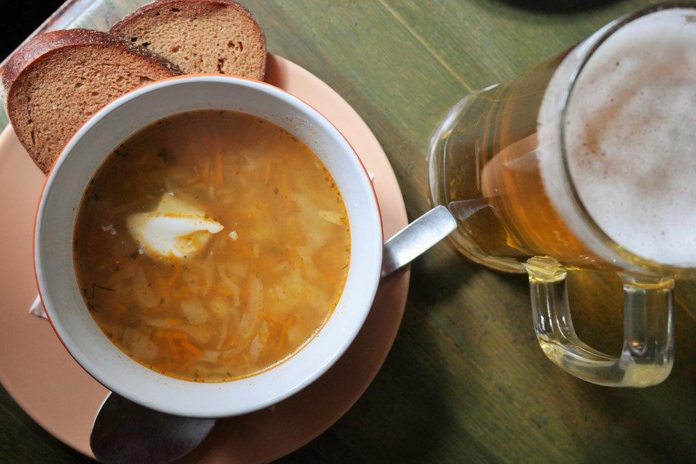 3. Kålsoppa med soygurt och öl är dagens rätt på Apuokas..JPG