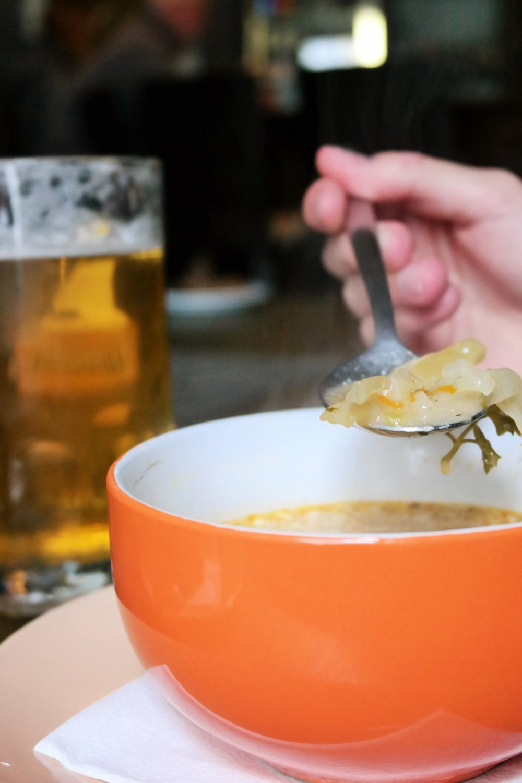 3. Värmande kålsoppa är dagens rätt på Apuokas..JPG