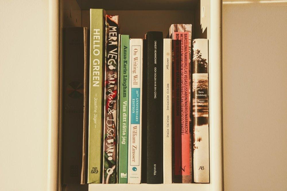 Hemma hos mig finns både Hemingway, Stridsberg och gröna kokböcker.