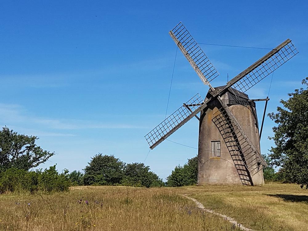 En väderkvarn på Gotland - fritt fram att besöka i den öppna, svenska naturen.