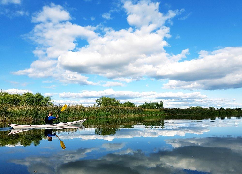 Spegelblank sjö och frihetskänsla med kajaken.