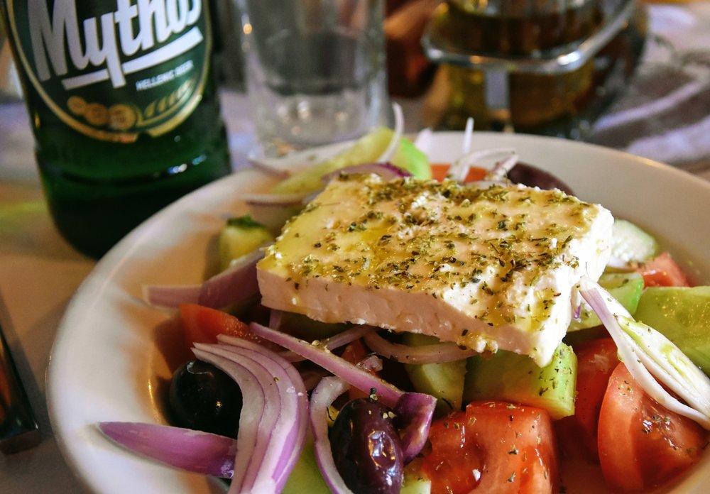 Grekisk sallad och den lokala ölen, Mythos, på Taverna Platanos.