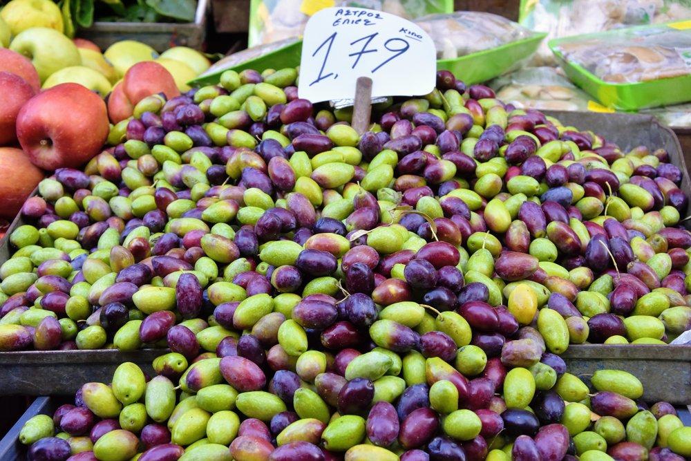 En olivpyramid på matmarknaden.