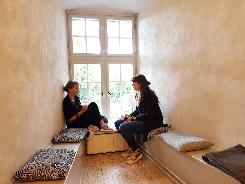 Cathinka och Katarina diskuterar bloggstrategier i ett av Örebro slotts många fina fönster. Från resebloggarnas workation 2017.