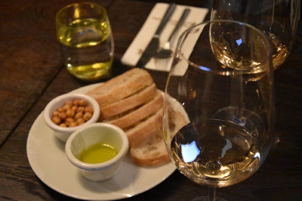 Surdegsbröd, rostade kikärtor och olivolja till vinet på Retro Consistorium.