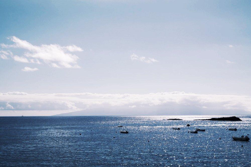 Från Teneriffas sydliga spets kan man skymta La Gomera.