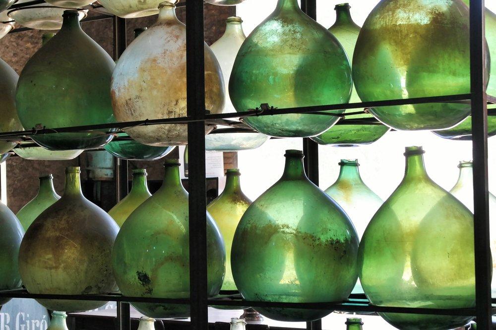 Andra kärl för att lagra vin - här i glas i Katalonien, Spanien.