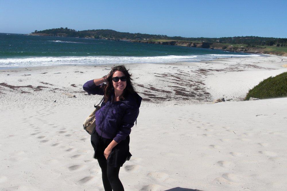 Glad artonårig Sanna på stranden i Carmel.