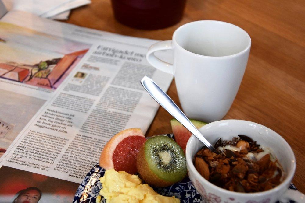 """Lyxen med hotellfrukostar är att man ofta kan läsa morgontidningen """"på riktigt"""", d.v.s. i prasslande papper."""