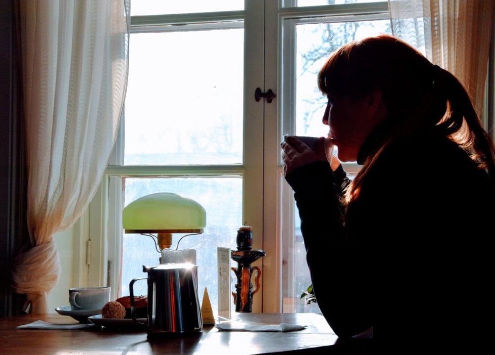 Sofia och en balja te på Jeremiasbageriet.