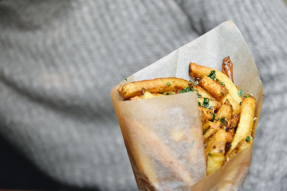 Fries med frasig yta på hamburgerhak i Prag.