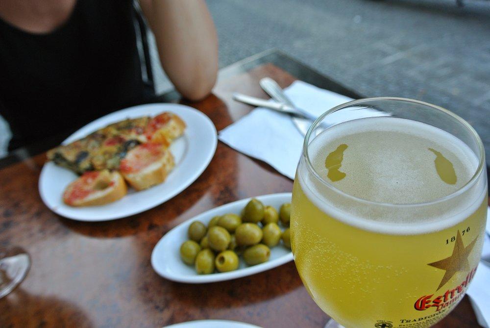 Klassiska tapas: tortilla, pan con tomate och oliver.