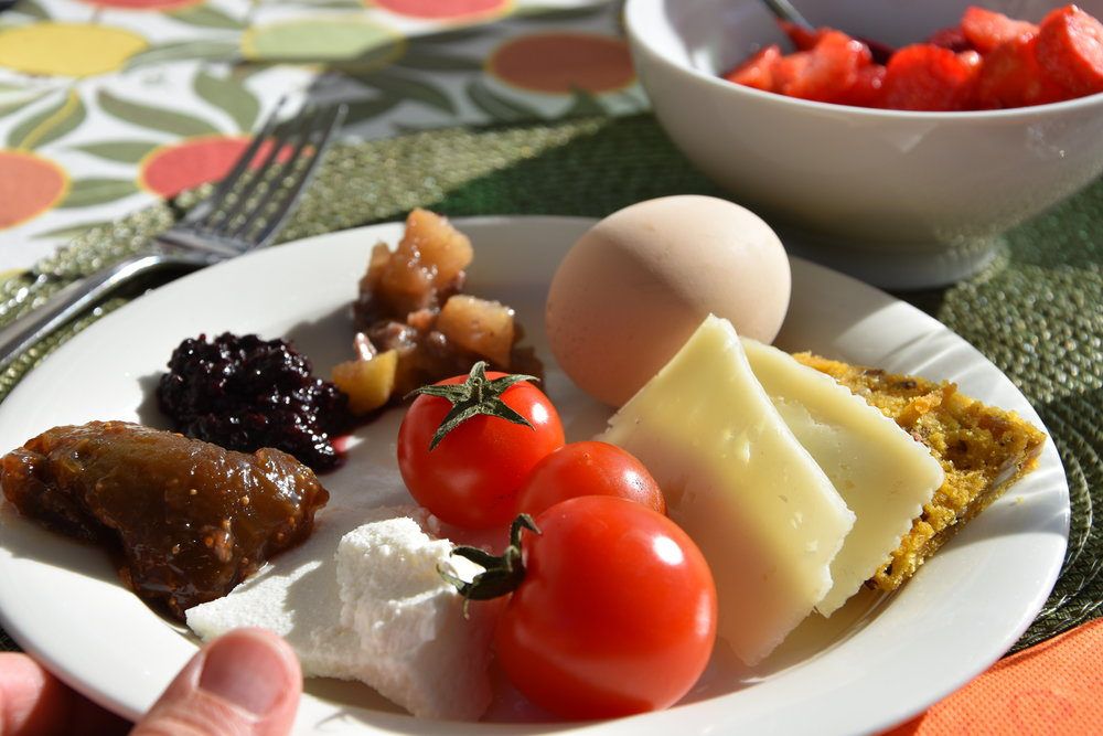 Lokala, hemlagade godsaker påfrukosttallriken hos Art & Breakfast.