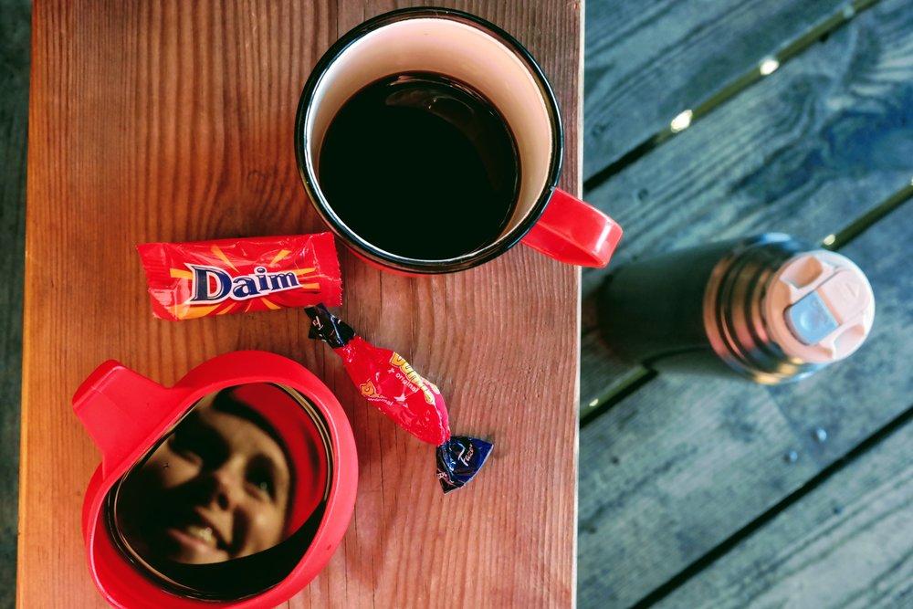 Fikapaus med termoskaffe och chokladbitar.