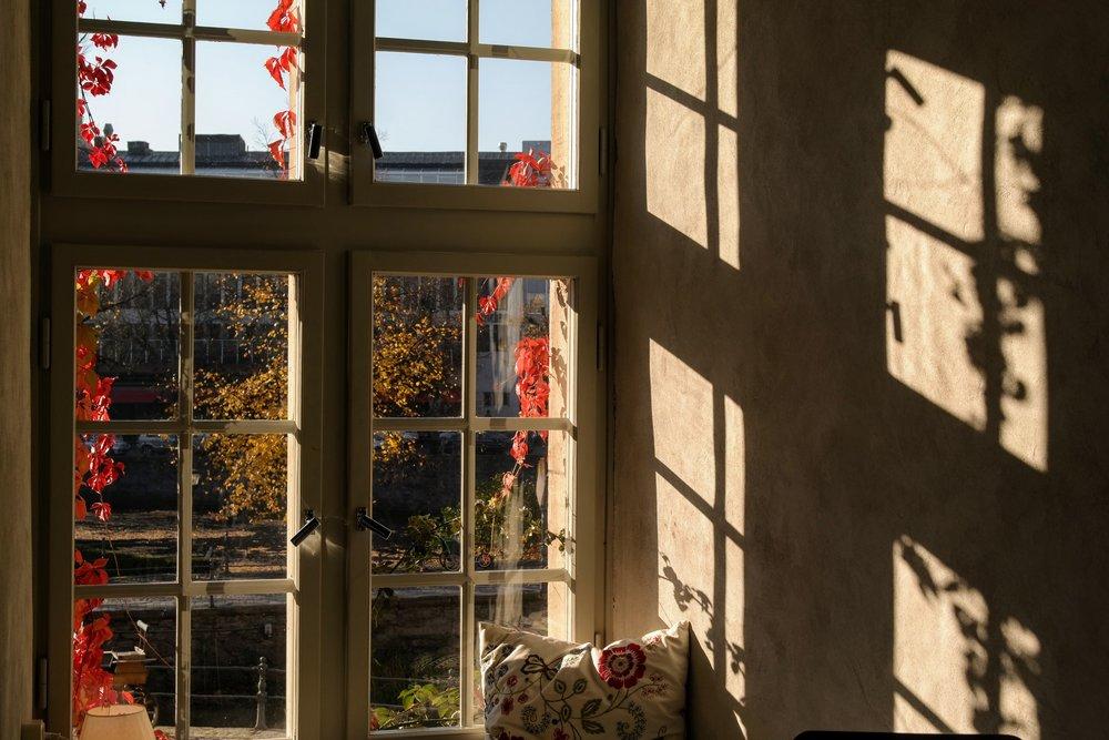 Höst utanför fönstret på Örebro slott.