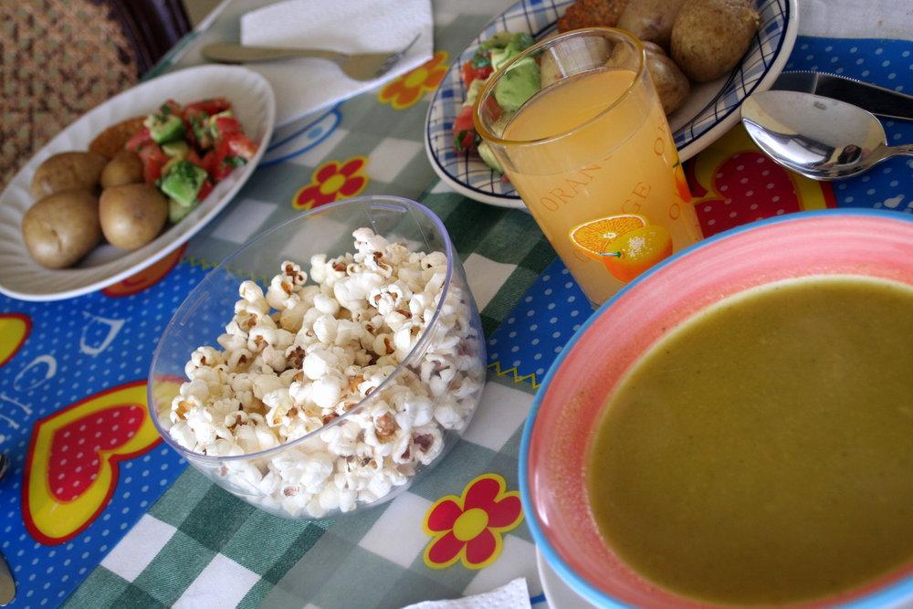Lunch hemma hos en ecuadoriansk familj. Alltid soppa och popcorn som förrätt!